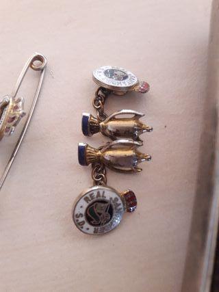 Escudo del Racing en gemelos, pin y cartera.