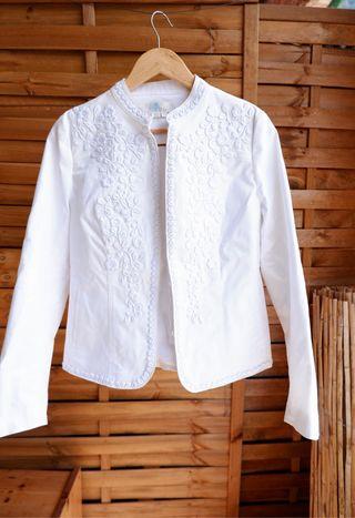 Chaqueta blanca con bordado floral