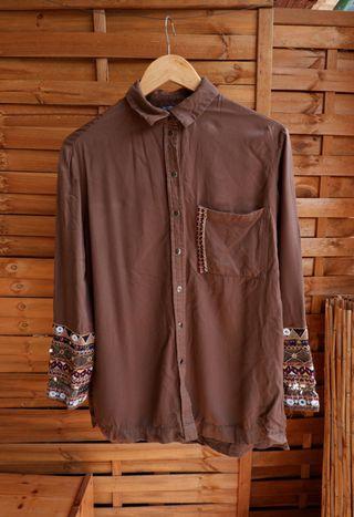 Camisa con detalles bordados