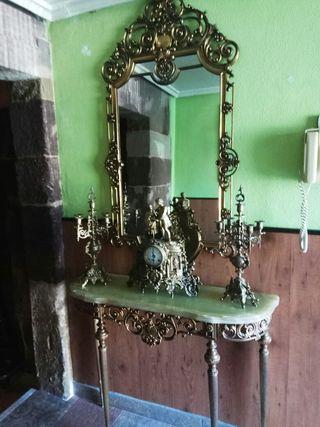 Conjunto espejo, mesa, candelabros y reloj.