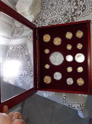 monedas de plata y bañada en oro