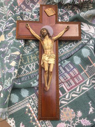 Crucifijo de madera tallada e imagen de 1950