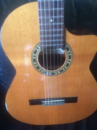 Guitarra española autoamplificada