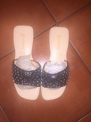 Sandalias negras con adornos