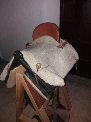 Montura de caballo y soporte para ponerla