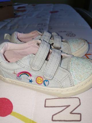 Zapatillas lona niña con cierre de velcro.