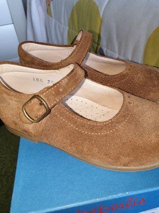 Zapato niña color camel.