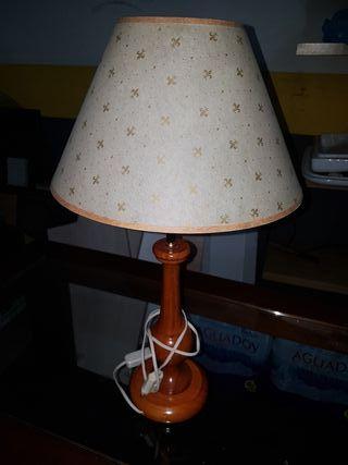 Lámpara con pie de madera.