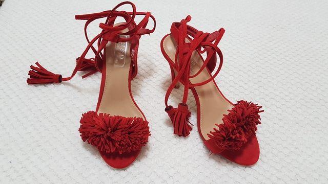 Sandalias rojas preciosas.