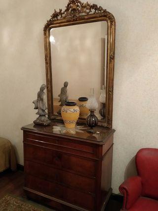 Cómoda madera con espejo dorado