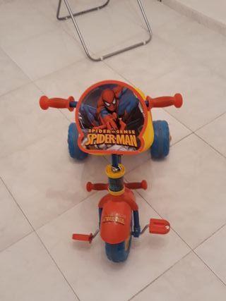triciclo de spiderman ,con palo para dirigirlo.