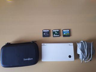 Nintendo DSi con funda y 3 videojuegos