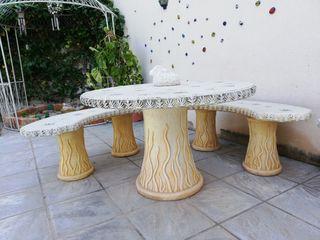 Mesa y 3 bancos piedra