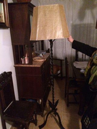 Lámpara de pie de forja