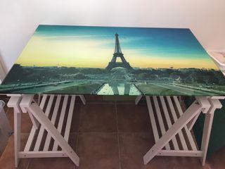 Mesa de cristal con caballetes de madera