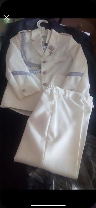 se vende dos trajes de comunión