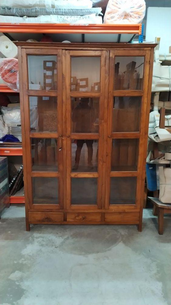 vitrina de fina madera, acabados de primera