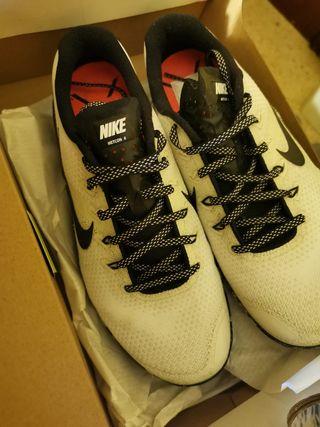 a186a0b07de Zapatillas Nike Blancas de segunda mano en Barcelona en WALLAPOP