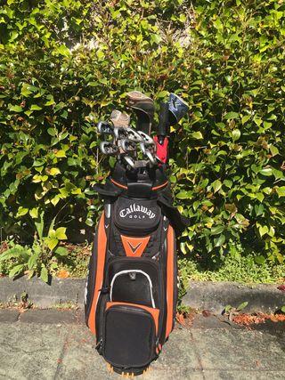 Bolsa y palos de golf Callaway.