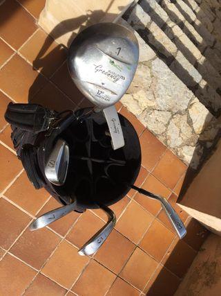 Algunos palos y bolsa de golf