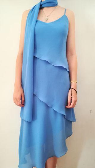 vestido azul con fular