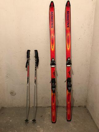 Conjunto ski. Esquís, bastones y botas.