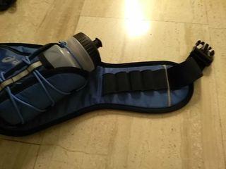 Cinturón Asics a estrenar porta botellas y geles.