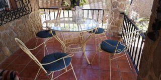 mesa de exterior con 4 sillas y balancín columpio