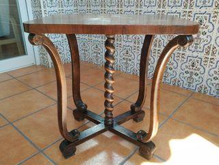 Antigua mesa auxiliar con patas en forma de lira