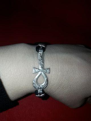 b2905c2ee352 Pulsera de plata con cruz de segunda mano en Madrid en WALLAPOP