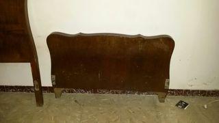 Cama de madera antigua. Para niños.