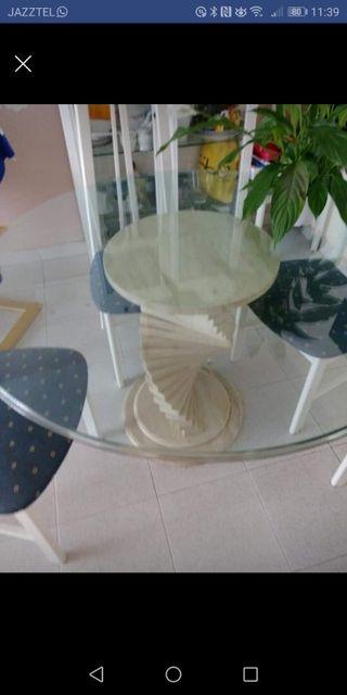 mesa,sillas y vitrina