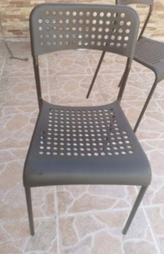sillas plástico. 2 por 10 euros.