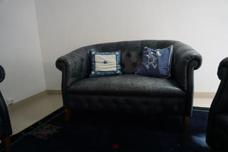 Sofa y butacas chesterfield de cuero azul marino