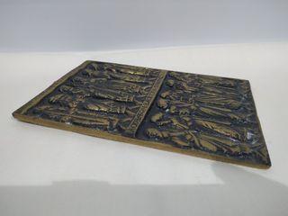 Extraña placa de bronce