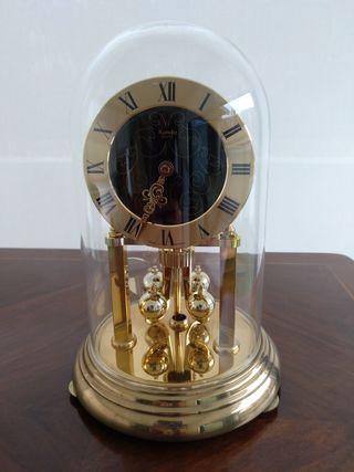 Reloj de sobremesa con protector de cristal