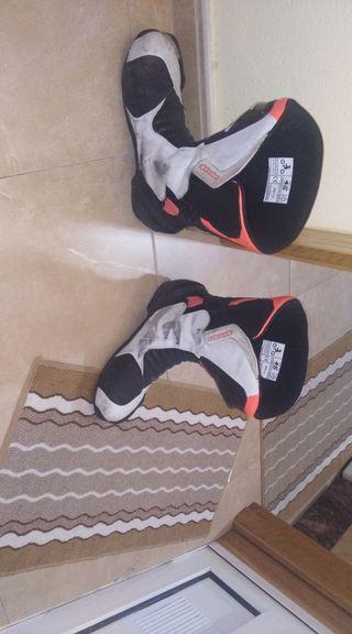 mono, botas y guantes de moto