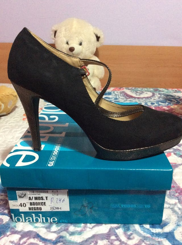 Zapato de tacón negro y bronce