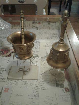 mortero y campana de bronce muy antiguos