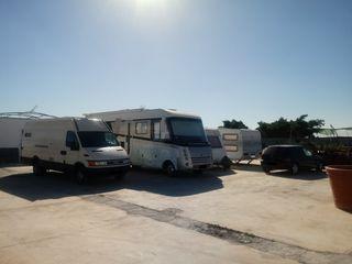 Estacionamiento de coches y caravanas