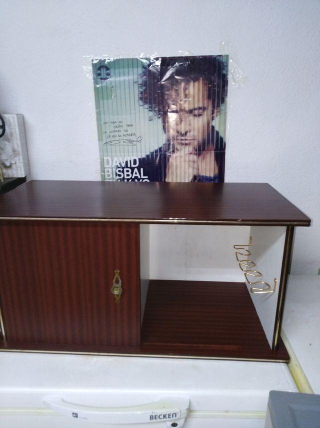 mueble madera, con tres cajones y mini bar