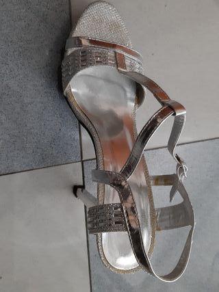a0a4845be Sandalias de tacón plateadas de segunda mano en Sevilla en WALLAPOP