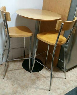 mesa + 2 sillas.