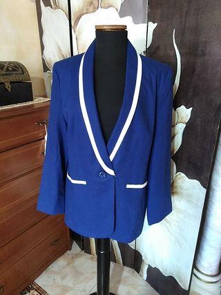 chaqueta azul marino y cuello esmoki