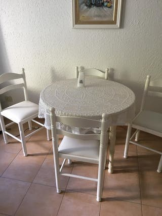 Mesa blanca con sillas
