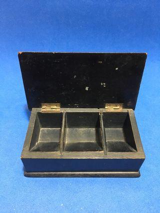 Antigua caja dispensadora de sellos. De madera