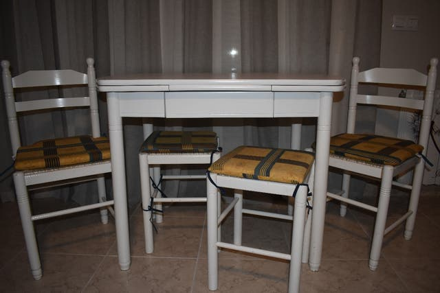 Mesa cocina blanca + sillas de segunda mano por 100 € en La Adrada ...