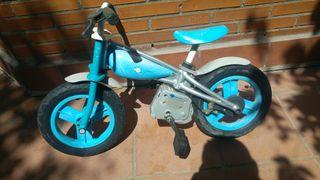 Bicicleta azul sin pedales. Evolutiva 12,5'