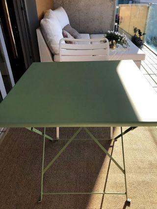 Conjunto mesa y 2 sillas marca Ethimo