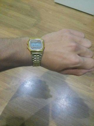Reloj digital metálico